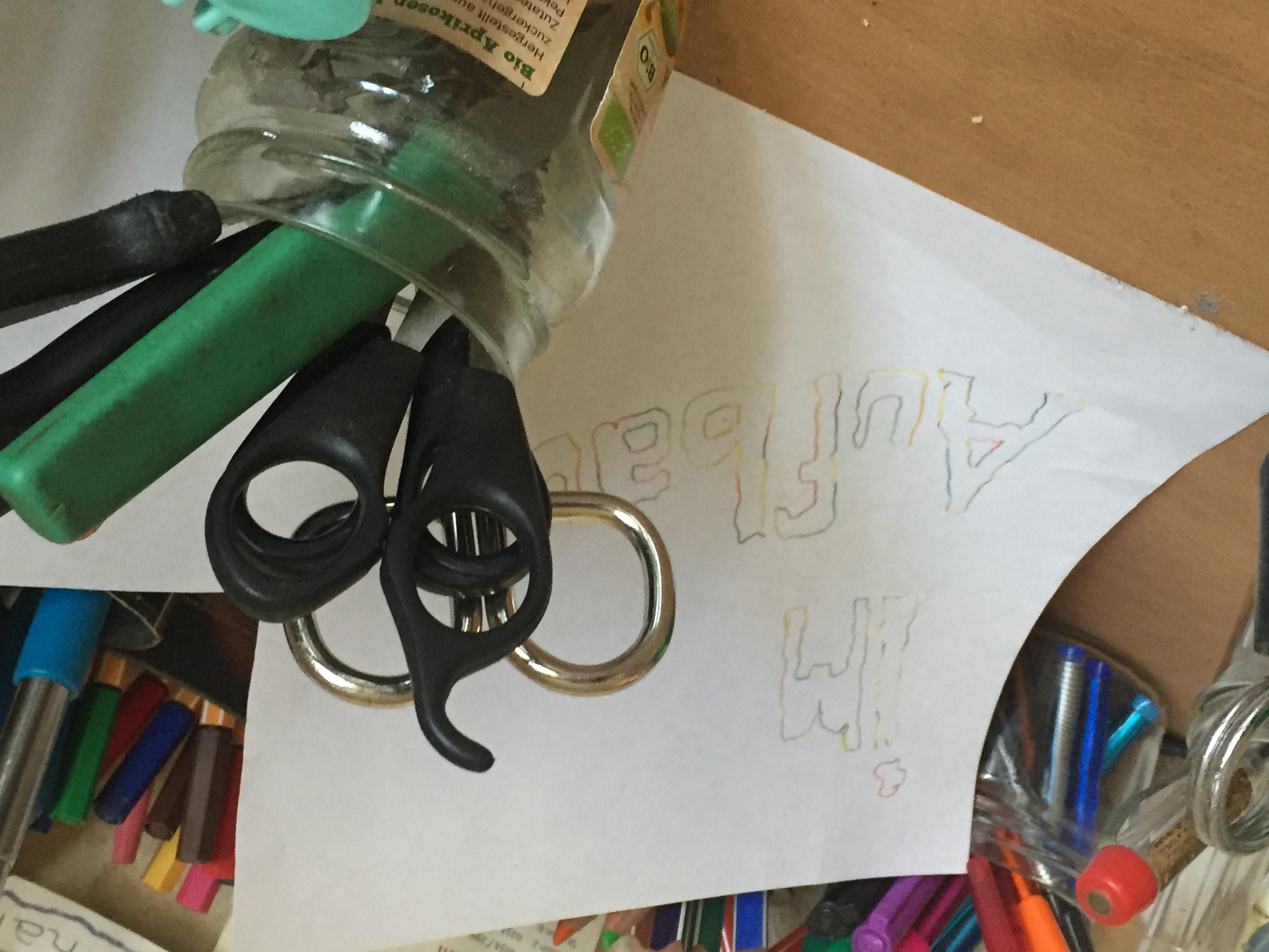 viele Tools auf dem Schreibtisch mit einer plakativen Meldung, dass diese Seite sich im Aufbau befindet